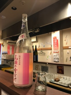 酒樽旁的玻璃酒杯,就是一杯酒的份量了